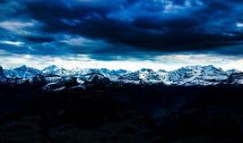 Visión panorámica sobre las montañas suizas Foto de archivo