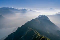 Visión panorámica sobre las montañas suizas imagenes de archivo