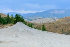 Visión panorámica tirada cerca del volcán fangoso Tierra seca en parque natural foto de archivo libre de regalías