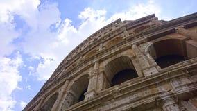 Visión para arriba a través de la fachada del Colosseum en Roma foto de archivo