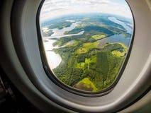 Visión para el bosque y los lagos a través de la porta de aviones fotos de archivo
