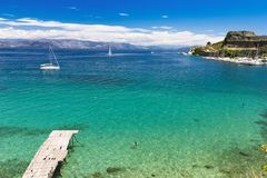 Visión para la bahía de Kerkyra, ciudad de Corfú, agua clara fotos de archivo