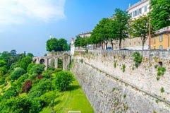 Visión para las paredes y la puerta venecianas de San Giacomo en Bérgamo foto de archivo