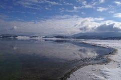 Visión perfecta - lago hermoso y montañas nevosas Imagenes de archivo