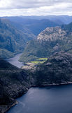 Visión pintoresca en el fiordo noruego Fotografía de archivo libre de regalías