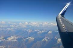 Visión plana desde la ventana en las montañas y el cielo azul Imágenes de archivo libres de regalías
