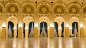 Visión por dentro de un castillo con el pasillo festivo foto de archivo libre de regalías