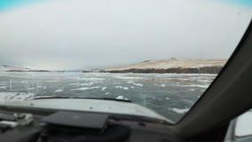 Visión por dentro del coche El coche está montando en el hielo Hermosa vista del coche a través del parabrisas al invierno almacen de video