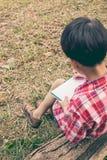 Visión posterior Escritura del muchacho en el cuaderno Concepto de la educación Vintage s Imágenes de archivo libres de regalías