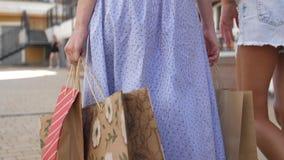 Visión posterior Tiro bajo de las piernas femeninas que caminan en la calle en ropa colorida cámara lenta 4k metrajes