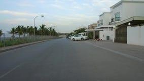 Visión que conduce cerca para varar la ciudad de los caminos de Muscat, Omán almacen de metraje de vídeo