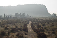 Visión rural e industrial en la salida del sol Imágenes de archivo libres de regalías