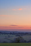Visión sobre campo inglés en la puesta del sol Fotos de archivo