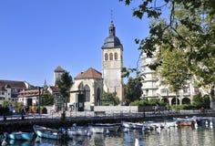 Visión sobre cuadrado e iglesia en Annecy foto de archivo