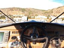Visión sobre el arco de un yate de lujo grande del motor con área del puente en el mar abierto tropical con las montañas imágenes de archivo libres de regalías