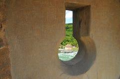 Visión sobre el castillo de Schloss Wörth del canal de Schloss Laufen un ojo de la cerradura de la pared Fotografía de archivo