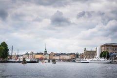 Visión sobre el distrito de Gamla Stan Old Town en Estocolmo, Suecia, vista del agua, mar Báltico Foto de archivo libre de regalías
