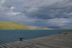 Visión sobre el lago del paine magnífico en parque nacional de los torres en chile fotos de archivo