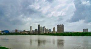 Visión sobre el lago en un día lluvioso en la ciudad del pada y de Vashi, Navi Mumbai, la India del san imagen de archivo