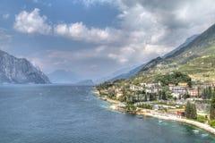 Visión sobre el lago Garda con el pueblo encantador Malcesine Fotos de archivo libres de regalías