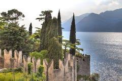 Visión sobre el lago Garda con el pueblo encantador Malcesine Imagen de archivo