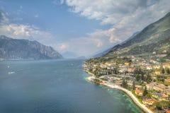 Visión sobre el lago Garda con el pueblo encantador Malcesine Foto de archivo libre de regalías