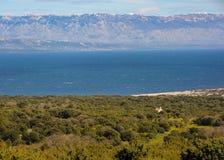 Visión sobre el mar adriático de Cres a las montañas de Velebit, C Fotografía de archivo libre de regalías
