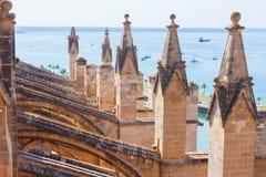 Visión sobre el mar con algunos barcos de la terraza de la catedral de Santa Maria de Palma, también conocida como La Seu imagenes de archivo