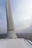 Visión sobre el mar del tejado superior de una turbina de viento Fotos de archivo