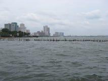 Visión sobre el mar hacia la ciudad cerca del parque del océano de Manila, Manila imagenes de archivo
