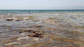 Visión sobre el mar muerto -- de la costa costa de Jordania Fotografía de archivo