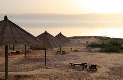Visión sobre el mar muerto -- de la costa costa de Jordania Imagen de archivo