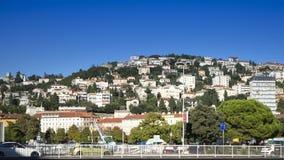 Visión sobre el paisaje urbano de algunas casas en una colina en la ciudad del puerto de Rijeka en Croacia fotos de archivo