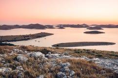 Visión sobre el parque nacional de Kornati en Croacia durante la puesta del sol Foto de archivo libre de regalías