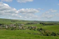 Visión sobre el pueblo de Abbotsbury en Dorset Fotos de archivo libres de regalías