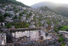 Visión sobre el pueblo fantasma de Kayakoy en Turquía Imagenes de archivo