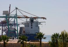 Visión sobre el puerto comercial de Valencia Foto de archivo
