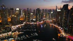 Visión sobre el puerto deportivo de Dubai en la oscuridad Dubai almacen de video