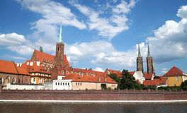 Visión sobre el río Oder a la isla de la catedral con la catedral de St John el Bautista de Wroclaw en Polonia - Ostrow Tumski imagenes de archivo