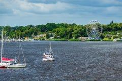Visión sobre el río Warnow en Rostock, Alemania imagen de archivo