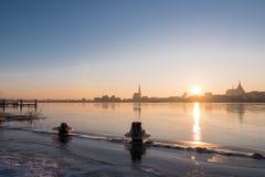 Visión sobre el río Warnow a Rostock Imagenes de archivo