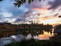 Visión sobre el río y los turistas que frecuentan los restaurantes que lo alinean, Hoi An, Vietnam Fotografía de archivo libre de regalías