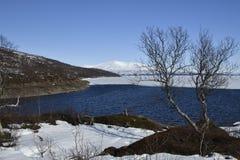 Visión sobre el segundo mayor lago Rossvatnet Norways en primavera Foto de archivo libre de regalías
