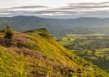 Visión sobre el valle de Llangedwyn con la figura en el promontorio Fotos de archivo