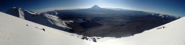 Visión sobre el volcán de Sajama del volcán de Parinacota Imagen de archivo