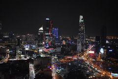 Visión sobre Ho Chi Minh City Saigon en la noche de la torre del AB con la torre financiera de Bitexco en Vietnam, Asia foto de archivo