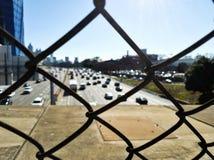 Visión sobre la carretera I-85 a través de la cerca de alambre Imágenes de archivo libres de regalías