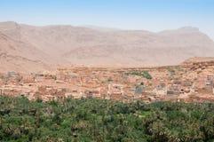 Visión sobre la ciudad antigua y el oasis de Tinerhir en Marruecos Fotos de archivo libres de regalías