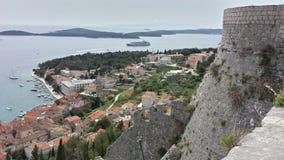 Visión sobre la ciudad de Hvar Croacia de la fortaleza de Spanjola Imágenes de archivo libres de regalías