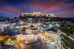Visión sobre la ciudad vieja de Atenas y el templo del Parthenon de la acrópolis fotos de archivo